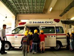 救急車を見学する様子