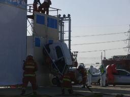 落下した車両からの救助活動