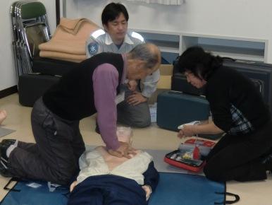 基礎実技は、成人や小児の心肺蘇生法を学びます。