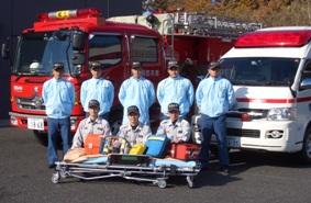 出動する隊員(前列:救急隊 後列:消防隊)