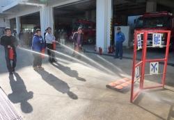 水消火器を使った消火訓練