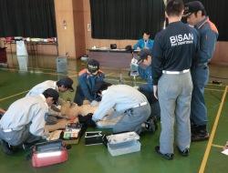 救急隊と消防隊が協力して救命活動を実施。