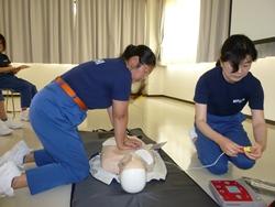 AEDを使用した心肺蘇生法。