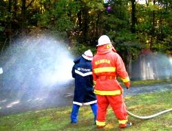 消防団員と協力して放水訓練