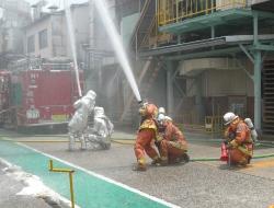 尾三消防による放水