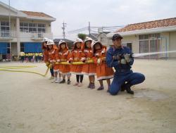 防火服を着て園児による放水体験
