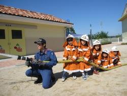 防火服を着装し放水体験の様子