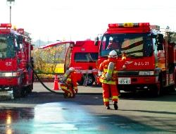 豊田北消防署の指揮隊の指示で活動するみよし消防隊