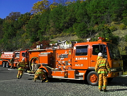 豊田市中消防署の水槽者から中継送水を受ける様子