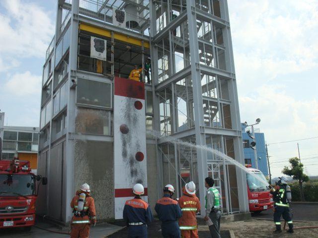 火災建物への放水活動