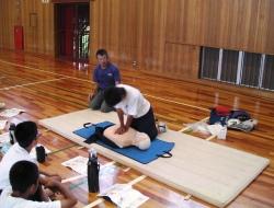 暑さに負けず熱心に胸骨圧迫心臓マッサージを練習する様子