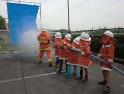 防火衣を着て放水訓練
