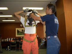 空気呼吸器着装訓練