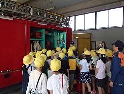消防車には様々な資器材が載ってます。