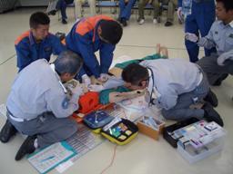 救命士による点滴処置と薬剤投与