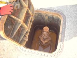 蓋をあけた状態の消火栓