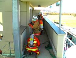 協力し消防活動を実施する様子