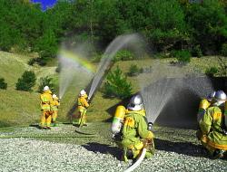 協力し、放水訓練を実施する様子