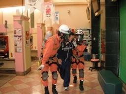 救助隊による救出活動